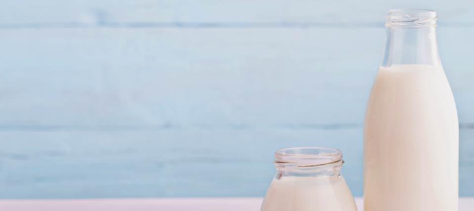 vaso y botella con leche