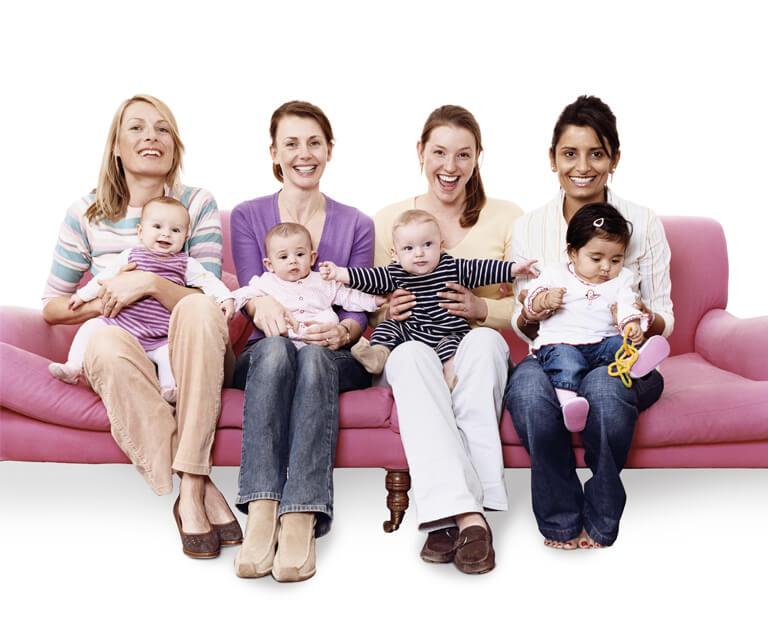 Mujeres con sus bebés en brazos